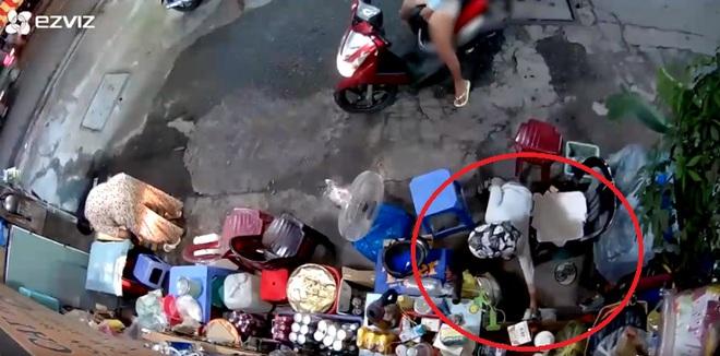 Xôn xao clip bà bán nước bị lấy trộm túi tiền: Để an toàn, con tôi lắp camera tại quán - Ảnh 1.