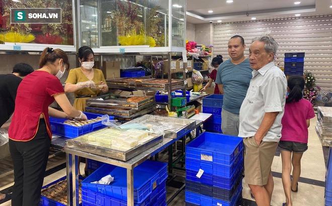 Khách Hà Nội xếp hàng tới tiệm bánh Trung Thu của ông chủ 91 tuổi để lấy không khí - Ảnh 10.