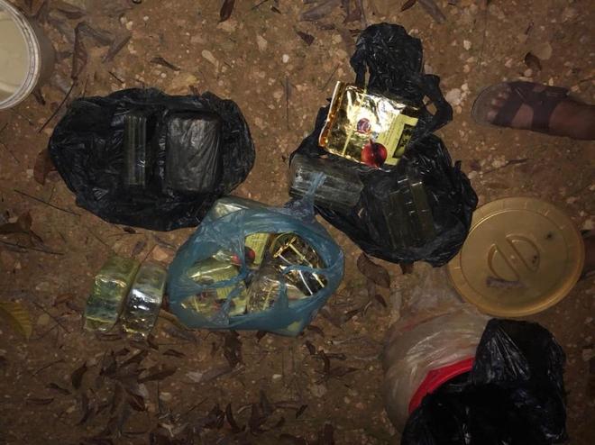 Video trinh sát đào đất lấy lô ma túy trị giá 10 tỷ đồng của ông trùm ở xứ Nghệ - Ảnh 5.