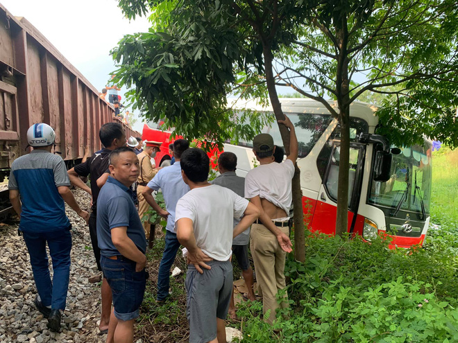 Hà Nội: Tàu hoả tông ô tô 45 chỗ đưa đón học sinh văng khỏi đường - Ảnh 4.
