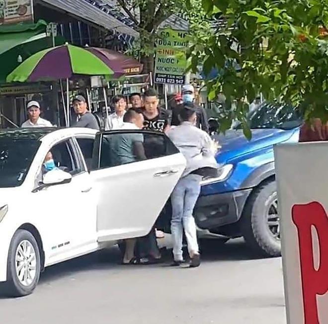 Nhóm thanh niên bắt cóc người giữa đường, đập phá ô tô ở Sài Gòn bị bắt - Ảnh 2.