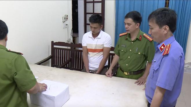 Video trinh sát đào đất lấy lô ma túy trị giá 10 tỷ đồng của ông trùm ở xứ Nghệ - Ảnh 8.