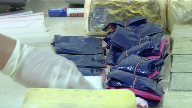 Video trinh sát đào đất lấy lô ma túy trị giá 10 tỷ đồng của ông trùm ở xứ Nghệ - Ảnh 7.