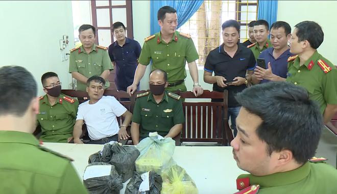 Video trinh sát đào đất lấy lô ma túy trị giá 10 tỷ đồng của ông trùm ở xứ Nghệ - Ảnh 6.