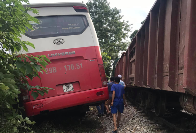 Hà Nội: Tàu hoả tông ô tô 45 chỗ đưa đón học sinh văng khỏi đường - Ảnh 2.