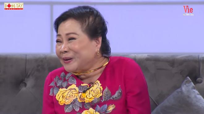 NSƯT Mạnh Dung 81 tuổi vẫn hôn vợ tình cảm trên truyền hình, khiến đàn em bất ngờ - Ảnh 3.