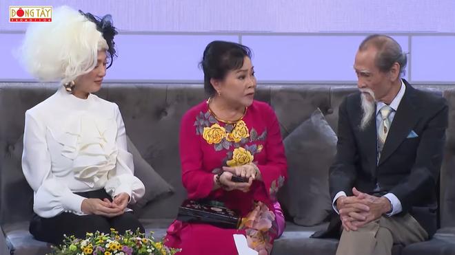 NSƯT Mạnh Dung 81 tuổi vẫn hôn vợ tình cảm trên truyền hình, khiến đàn em bất ngờ - Ảnh 1.