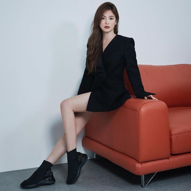 Song Hye Kyo gợi cảm bất ngờ với style tóc nâu môi trầm - Ảnh 1.