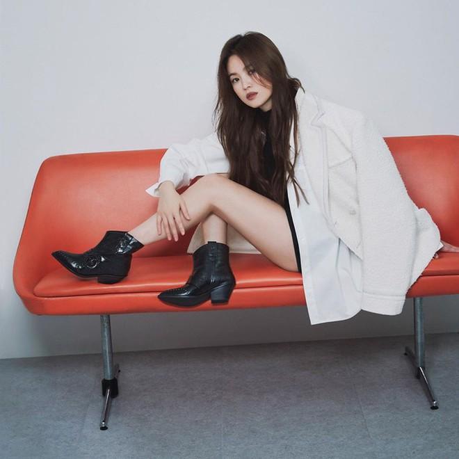 Song Hye Kyo gợi cảm bất ngờ với style tóc nâu môi trầm - Ảnh 2.
