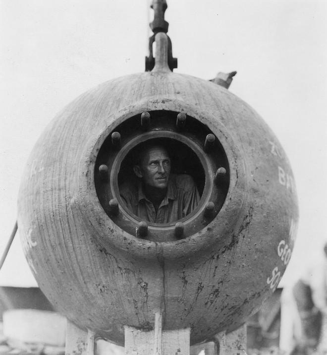 William Beebe bên trong Bathysphere. Ảnh: Amusing Planet