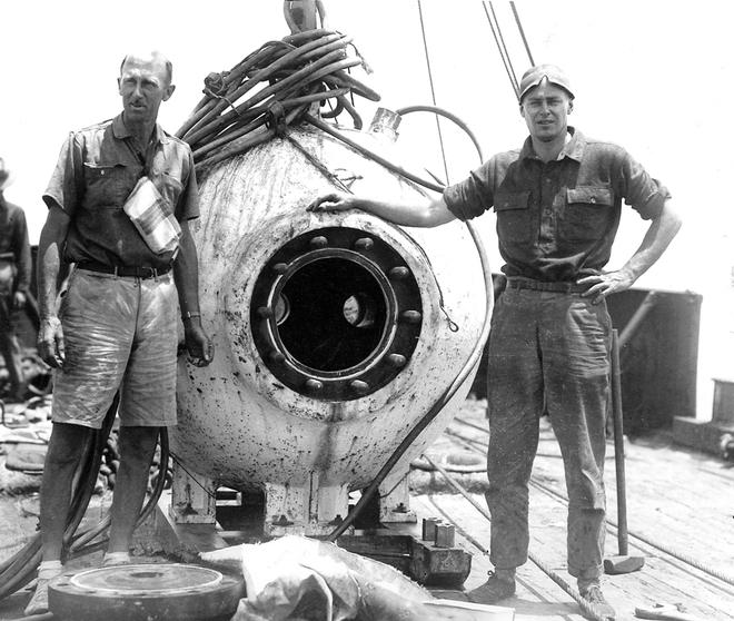 William Beebe và Otis Barton bên cạnh cầu lặn Bathysphere. Ảnh: Amusing Planet