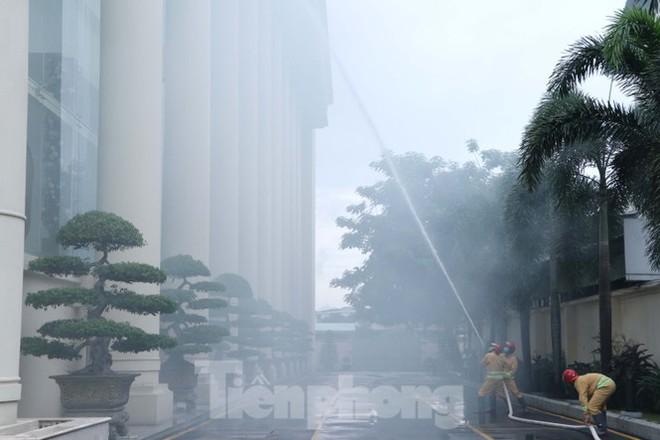 Diễn tập giải cứu 200 người trong đám cháy nhà hàng tiệc cưới ở Sài Gòn - Ảnh 2.