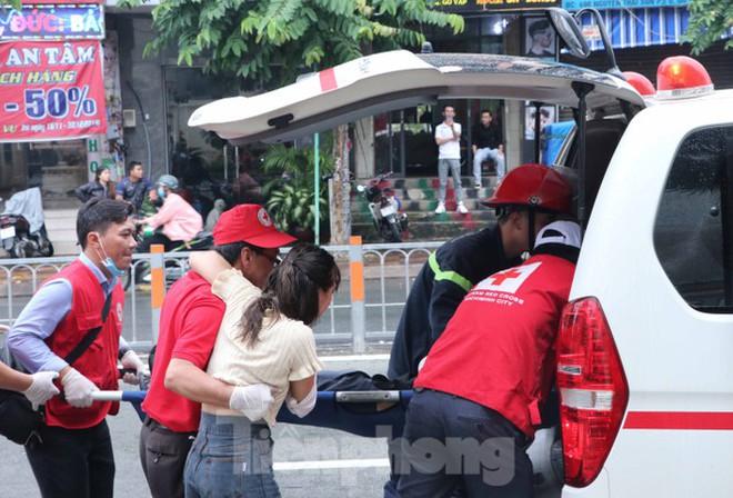 Diễn tập giải cứu 200 người trong đám cháy nhà hàng tiệc cưới ở Sài Gòn - Ảnh 11.