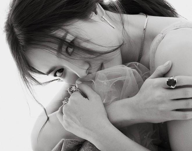 Song Hye Kyo gợi cảm bất ngờ với style tóc nâu môi trầm - Ảnh 13.