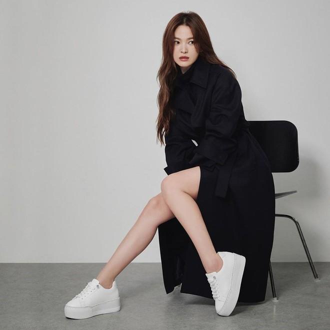 Song Hye Kyo gợi cảm bất ngờ với style tóc nâu môi trầm - Ảnh 3.