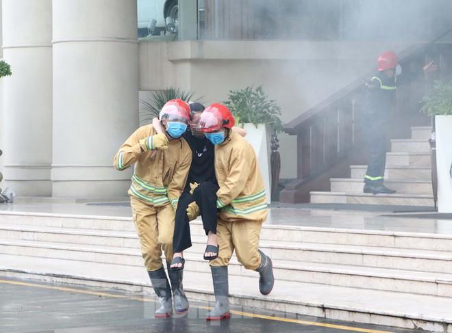 Diễn tập giải cứu 200 người trong đám cháy nhà hàng tiệc cưới ở Sài Gòn - Ảnh 4.