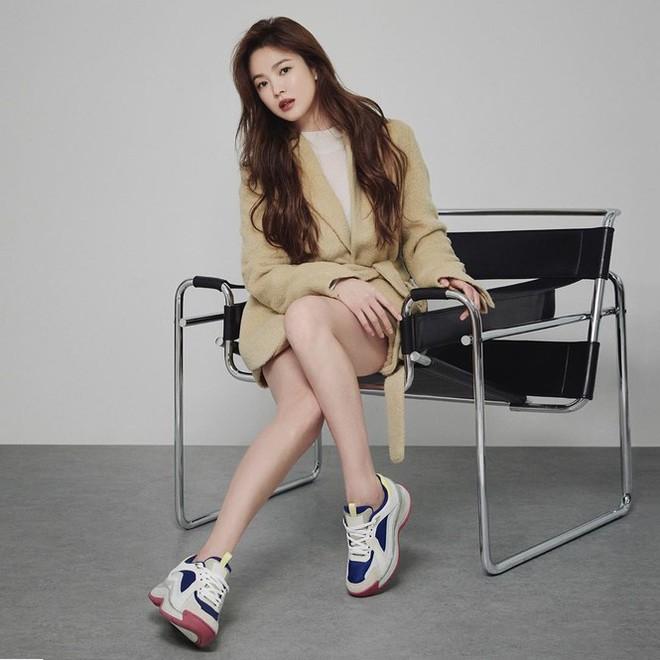 Song Hye Kyo gợi cảm bất ngờ với style tóc nâu môi trầm - Ảnh 5.