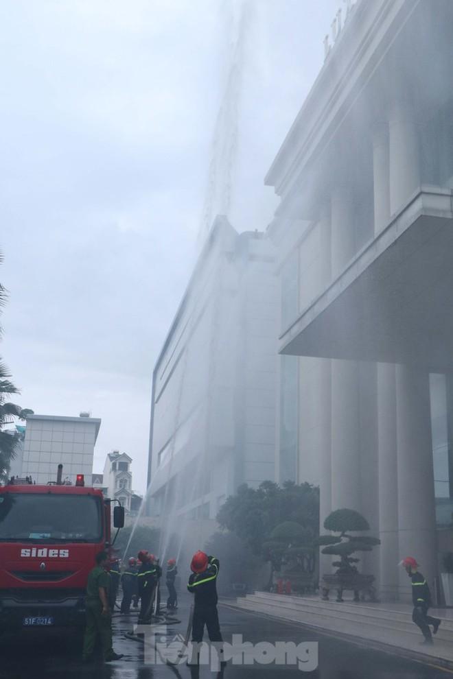 Diễn tập giải cứu 200 người trong đám cháy nhà hàng tiệc cưới ở Sài Gòn - Ảnh 5.