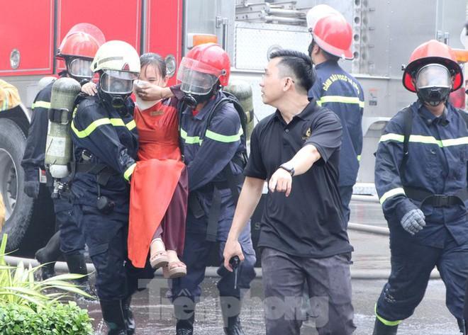 Diễn tập giải cứu 200 người trong đám cháy nhà hàng tiệc cưới ở Sài Gòn - Ảnh 6.