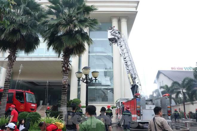 Diễn tập giải cứu 200 người trong đám cháy nhà hàng tiệc cưới ở Sài Gòn - Ảnh 7.