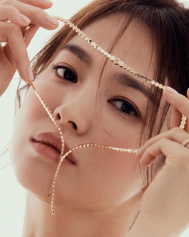 Song Hye Kyo gợi cảm bất ngờ với style tóc nâu môi trầm - Ảnh 10.