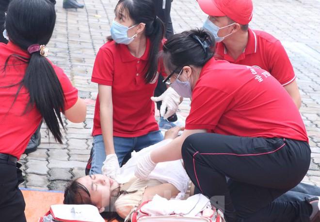 Diễn tập giải cứu 200 người trong đám cháy nhà hàng tiệc cưới ở Sài Gòn - Ảnh 10.