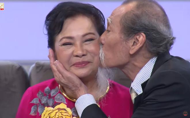 NSƯT Mạnh Dung 81 tuổi vẫn hôn vợ tình cảm trên truyền hình, khiến đàn em bất ngờ