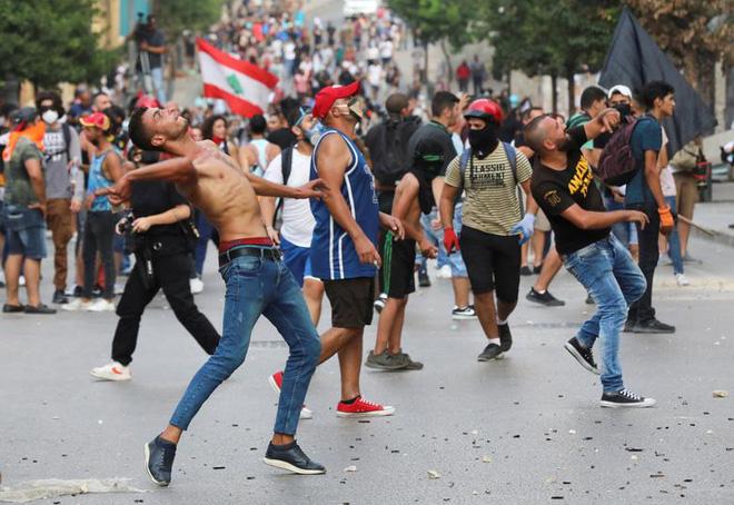 24h qua ảnh: Người biểu tình ném trứng vào cảnh sát chống bạo động - Ảnh 6.