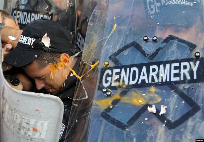 24h qua ảnh: Người biểu tình ném trứng vào cảnh sát chống bạo động - Ảnh 2.