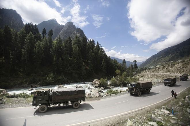 Xung đột Trung-Ấn mới nhất: Ấn Độ phong tỏa đường cao tốc chính, xe quân sự ùn ùn ra biên giới - Ảnh 1.