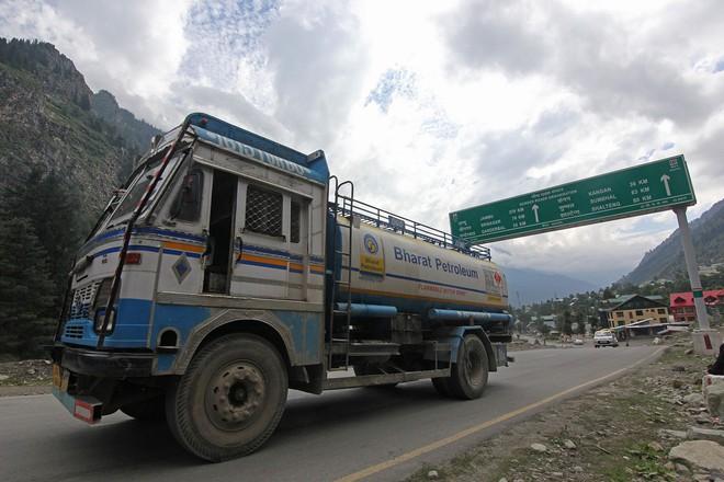 Xung đột Trung-Ấn mới nhất: Ấn Độ phong tỏa đường cao tốc chính, xe quân sự ùn ùn ra biên giới - Ảnh 4.