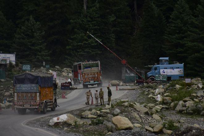 Xung đột Trung-Ấn mới nhất: Ấn Độ phong tỏa đường cao tốc chính, xe quân sự ùn ùn ra biên giới - Ảnh 7.