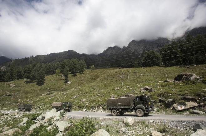 Xung đột Trung-Ấn mới nhất: Ấn Độ phong tỏa đường cao tốc chính, xe quân sự ùn ùn ra biên giới - Ảnh 2.