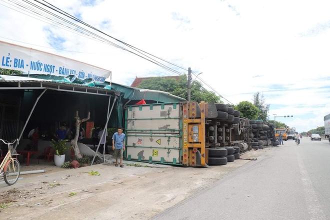 Đâm vào xe máy cắt ngang đường, xe container lật tiếp vào nhà dân khiến 2 người thương vong - Ảnh 3.