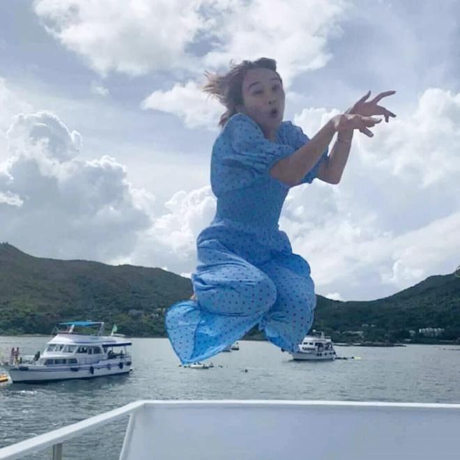 Được bạn thân chụp ảnh cho theo phong cách bay nhảy giữa biển khơi, thiếu nữ tái mặt với loạt hình như phù thủy khó tính - Ảnh 2.