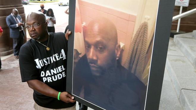 Người đàn ông da màu chết ngạt vì bị cảnh sát Mỹ trùm mũ vào đầu, sự vụ tưởng rơi vào quên lãng bất ngờ gây phẫn nộ sau khi công bố video đáng sợ - Ảnh 3.