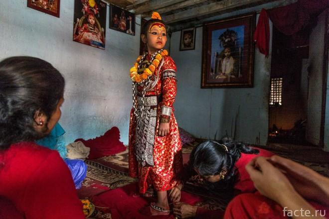 Tuổi thơ bị đánh mất của những bé gái được chọn làm nữ thần Kumari: Không được học, mất khả năng đi lại bình thường và không thể kết hôn - Ảnh 5.