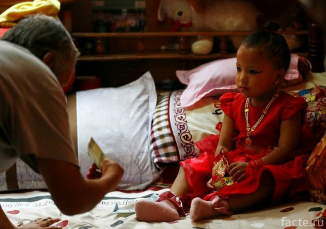 Tuổi thơ bị đánh mất của những bé gái được chọn làm nữ thần Kumari: Không được học, mất khả năng đi lại bình thường và không thể kết hôn - Ảnh 9.