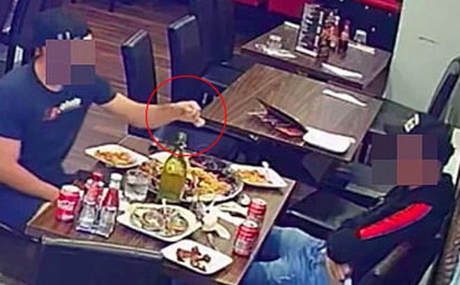 Hai thực khách dùng chiêu trò hòng quỵt tiền của nhà hàng nhưng bị camera ghi lại, dân mạng phẫn nộ đòi công khai danh tính
