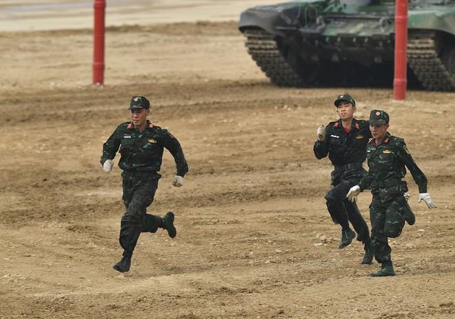 Vỡ òa khoảnh khắc Việt Nam về nhất cuộc thi Tank Biathlon - Ảnh 4.