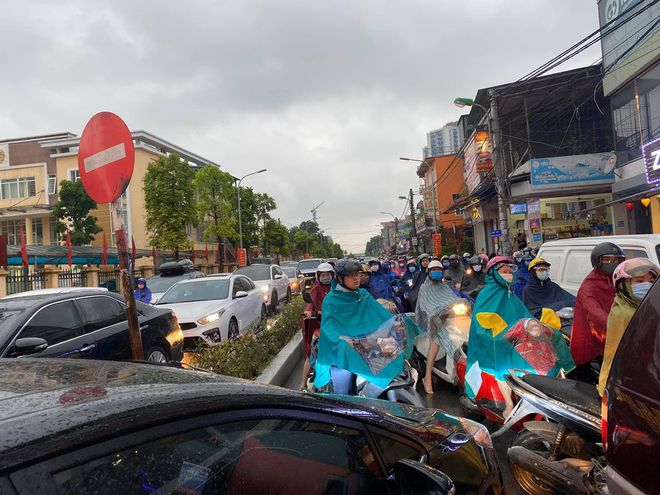 Sáng thứ Hai, mưa lớn, tắc đường, tài xế còn choáng váng hơn khi chứng kiến cảnh trước mắt - Ảnh 1.
