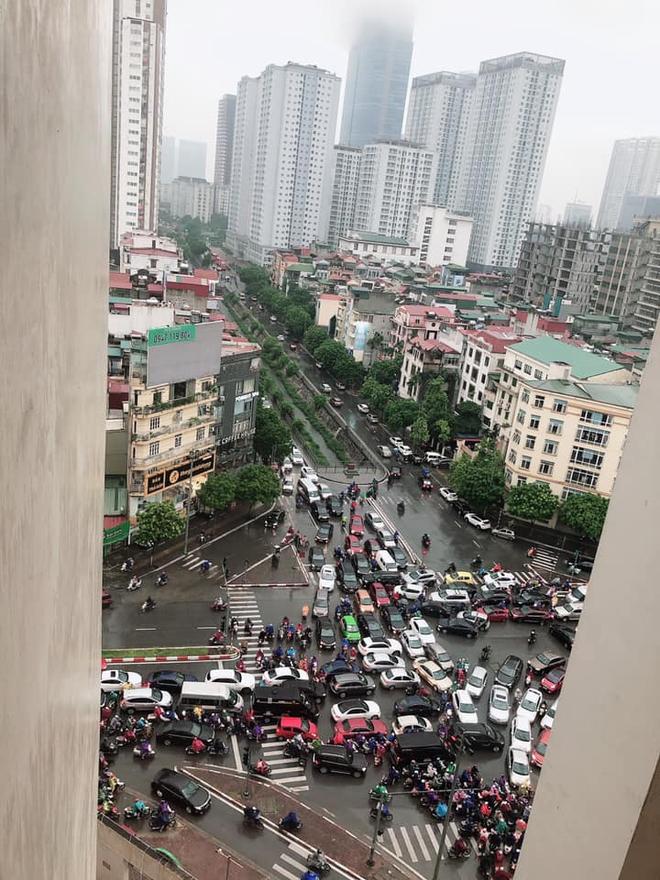 Sáng thứ Hai, mưa lớn, tắc đường, tài xế còn choáng váng hơn khi chứng kiến cảnh trước mắt - Ảnh 3.