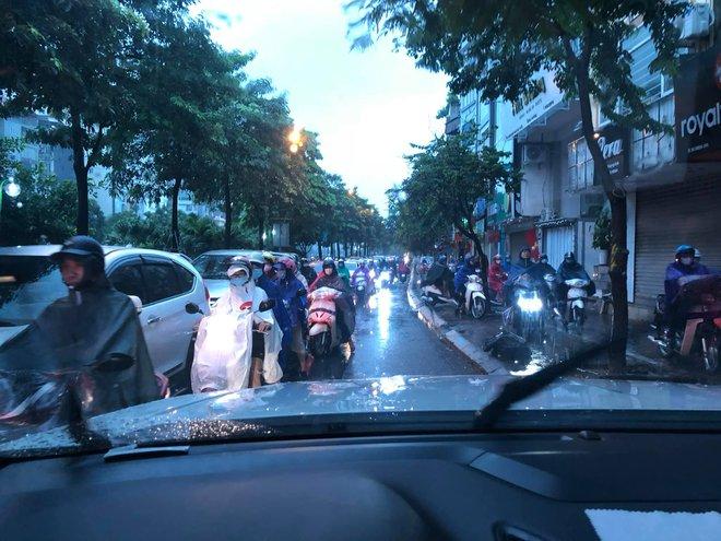 Sáng thứ Hai, mưa lớn, tắc đường, tài xế còn choáng váng hơn khi chứng kiến cảnh trước mắt - Ảnh 2.
