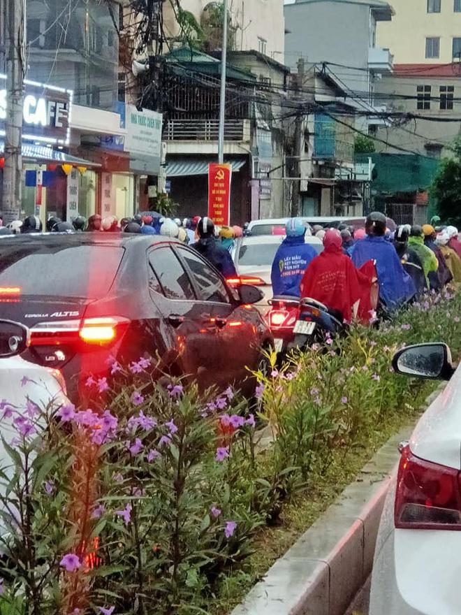 Sáng thứ Hai, mưa lớn, tắc đường, tài xế còn choáng váng hơn khi chứng kiến cảnh trước mắt - Ảnh 4.