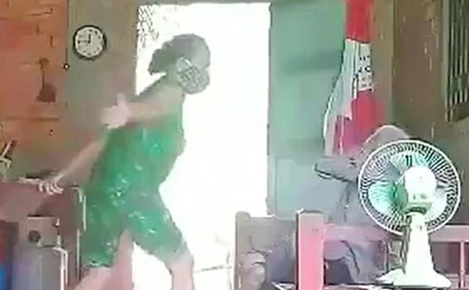 Vụ cụ bà bị con dùng chổi quất vào mặt, xé quần áo: Hai mẹ con ở cách biệt mọi người xung quanh
