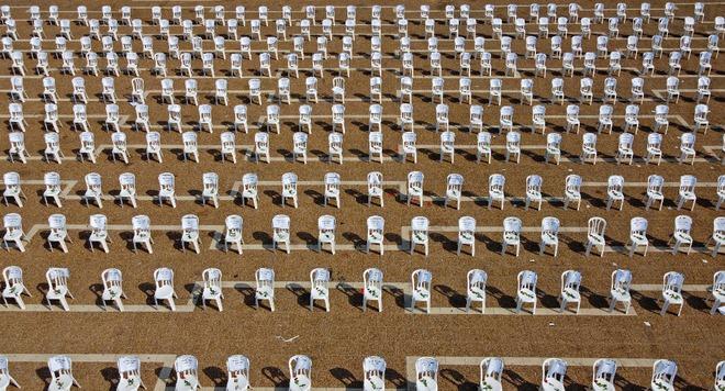24h qua ảnh: Phụ huynh xếp hàng chờ con đến trường ở Trung Quốc - Ảnh 4.