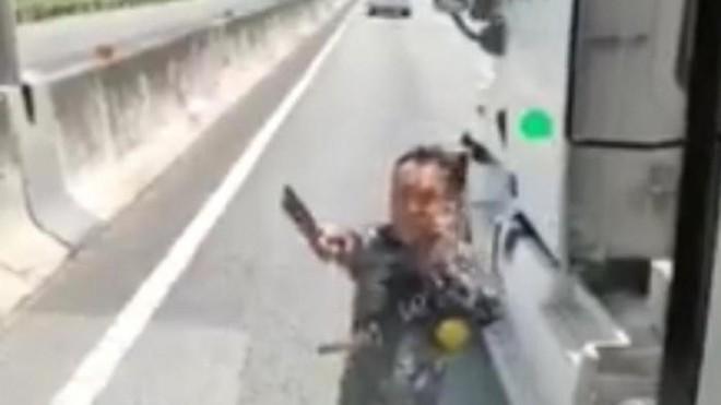 Danh tính tài xế container cầm dao đe dọa, chém gãy kính xe khách trên cao tốc TP HCM–Trung Lương - Ảnh 1.