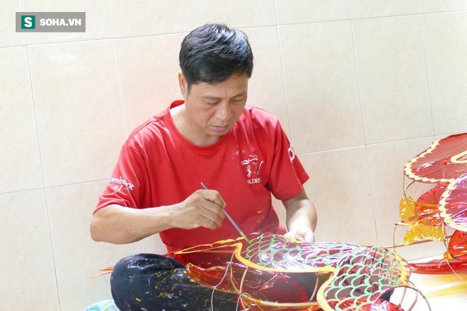 Người dân xóm lồng đèn lâu đời ở Sài Gòn làm túc tắc theo đơn đặt hàng vì Covid-19 - Ảnh 3.