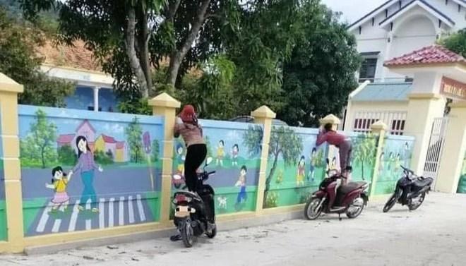 Con đi học mẫu giáo, mẹ trèo xe máy để ngó nhìn chăm chăm qua bức tường - Ảnh 1.