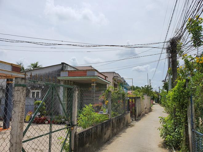 Vụ con gái đánh đập, đổ rác vào mặt mẹ già 88 tuổi ở Long An: Hàng xóm bật khóc khi xem clip, người cháu rể từ chối trả lời - Ảnh 1.